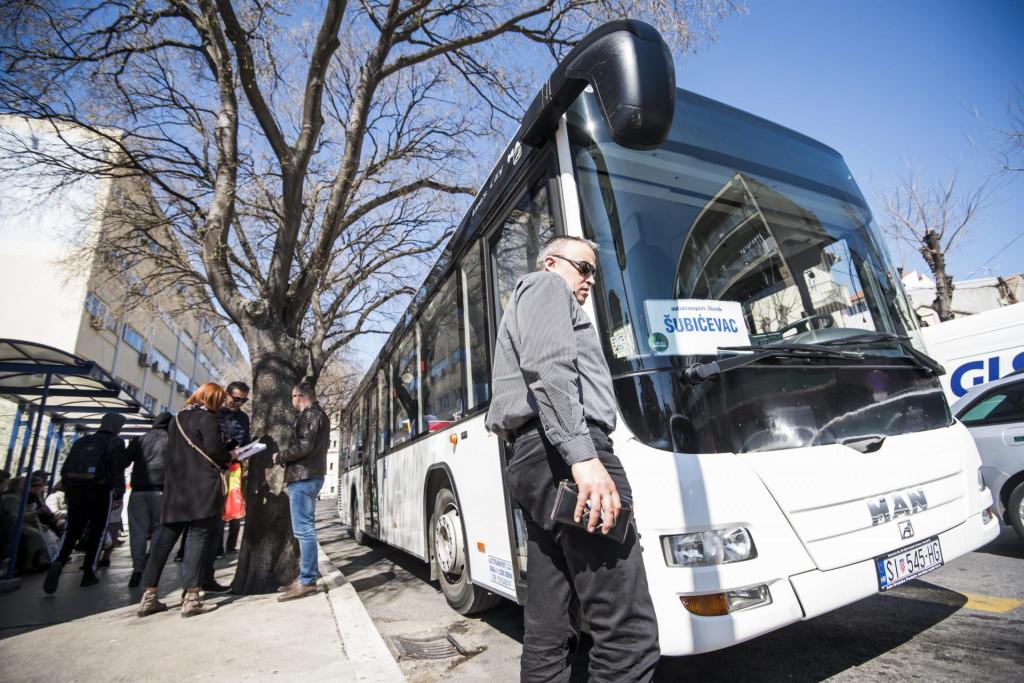 -SPECIJAL SD-<br /> Sibenik, 220319.<br /> Autobusne stanice s autobusima i putnicima u gradu Sibeniku.<br /> Na fotografiji: Autobusna stanica na trznici.<br />
