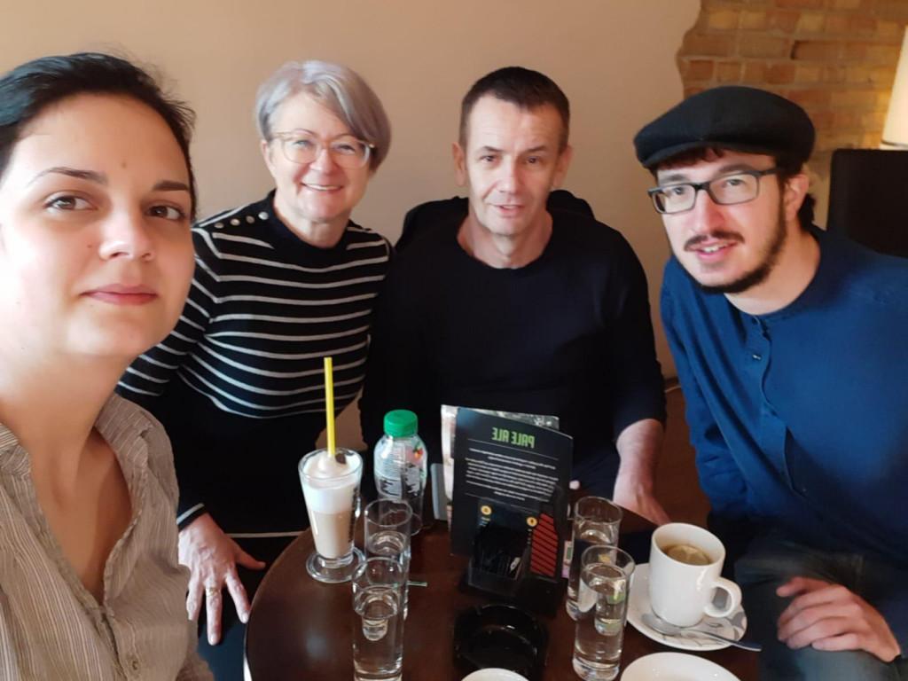 Vinko u društvu djevojke Karle, majke Danijele i oca Roberta