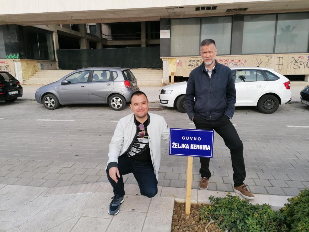 Ante Renić i Igor Skoko postavili uličnu oznaku na Zapadnu obalu, kojom su Obalu kneza Branimira preimenovali u Guvno Željka Keruma