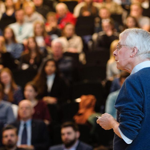 Sir Richard Roberts pred sudionicima splitskog foruma