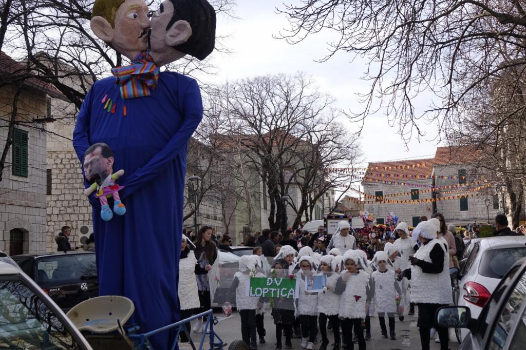 Imoćani su za karnevalsku figuru odabrali gay par susvojenim djetetom