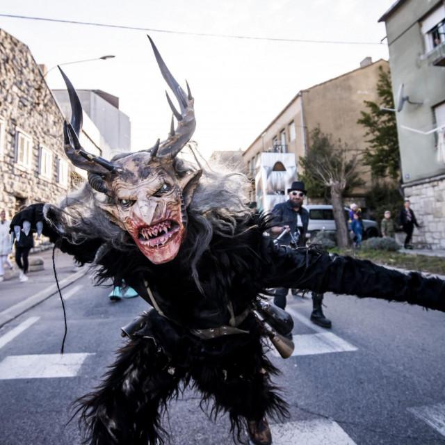 Maškare u gradu Drnišu završile su paljenjem krnje Coronavirusa