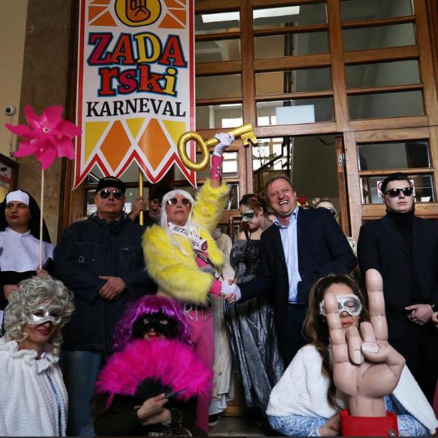 Karnevalska gradonačelnica Rita Ora preuzima ključeve grada od gradonačelnika Branka Dukića