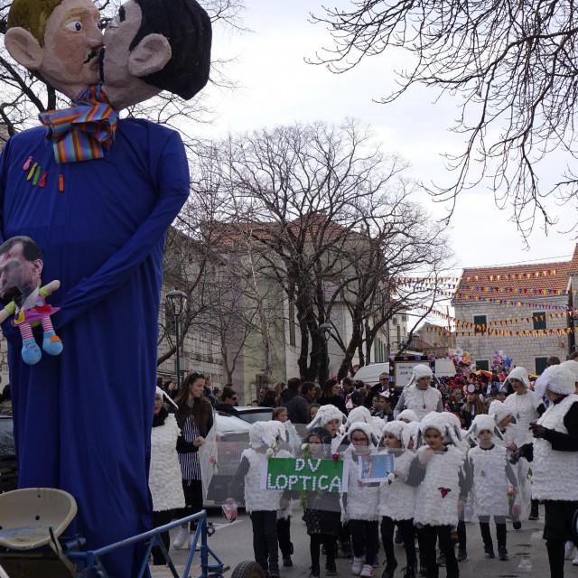 Imoćani su na svom karnevalu spalililutke koje predstavljaju istospolni par i posvojeno dijete
