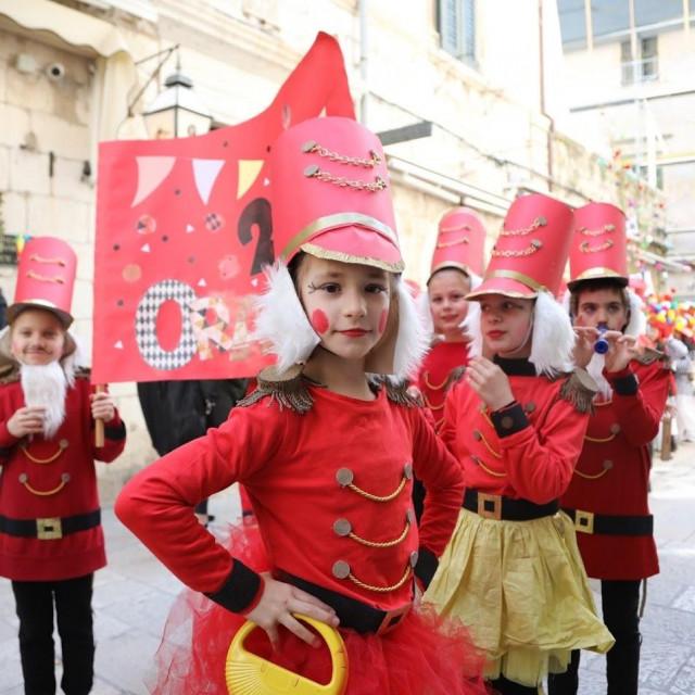 Dubrovački karnevo 2020. u ponedjeljak je nastavljen đirom maškara od 1. do 4. razreda