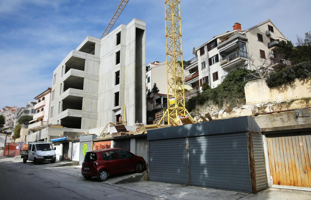Velika betonska zgrada na Mejama u Mihanovićevoj ulici zagradila je okolne stanare