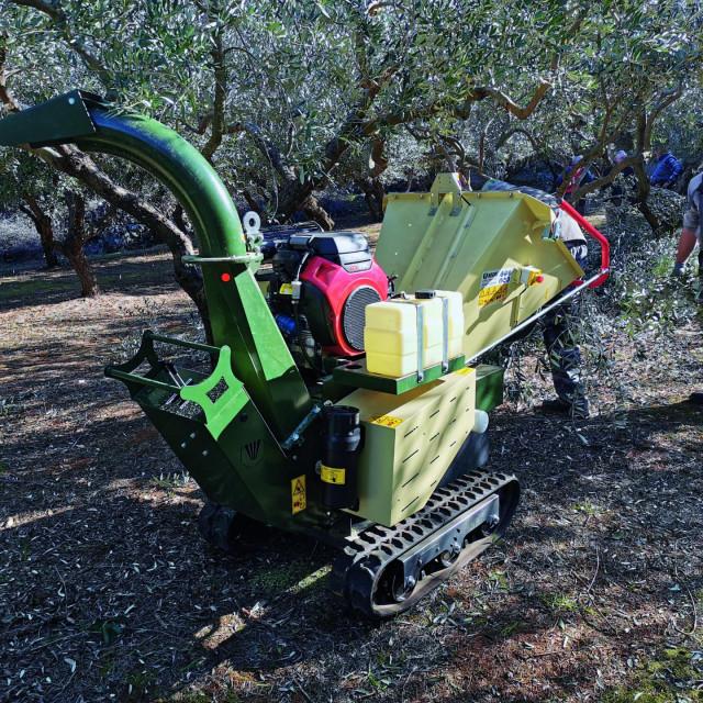 Stroj za sječkanje granja maslina