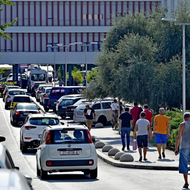Split, 270819.<br /> Anketa medju gradjanima o premjestanju bolnice na Klis.<br /> Na fotografiji: KBC Split Firule<br />