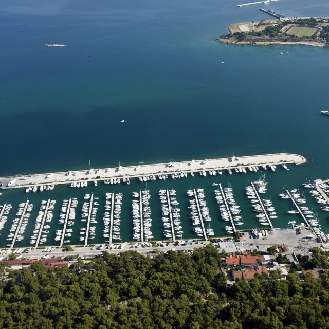 Kraj lučice Spinut pomorsko dobro je u vlasništvu Hrvatskog liječničkog zbora i Splitsko-makarske nadbiskupije
