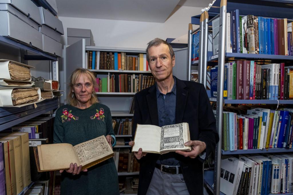 Karmen Krnčević i ravnatelj Vilijam Lakić s vrijednim knjigama Fausta Vrančića<br />