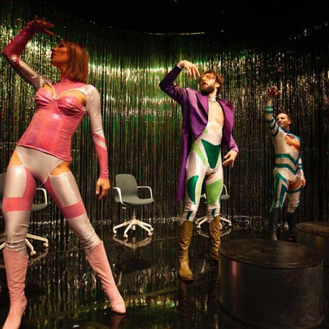 Izvedba kvarteta glumaca je vrsna, uz rijetko viđenu energiju i hrabro prepuštanje eksplicitnijim scenama