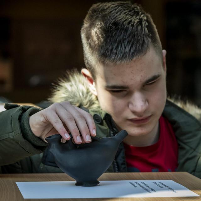 U atriju muzeja grada otvorena je izlozba taktilnih eksponata za slijepe i slabovidne osobe u okviru projekta KULTajmo u Sibeniku, predmeti su izradjeni 3D printerom.<br />