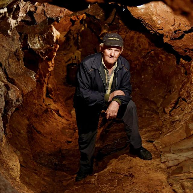 Sanaderi, 250220.<br /> U Sanaderima, zaseoku Dugobaba, Petar Sanader naisao je na rupu u zemlji pored svoje kuce. Poceo je iskopavati iz radoznalosti i polako, tijekom godina iskopao desetke metara podzemnih cijevi na nacin da je iskopavao zemlju iz kaverni u stijenama.<br /> Na fotografiji: iskopi Petra Sanadera.<br />