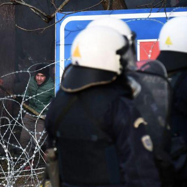 Grčka policija ispaljivala je suzavac da bi rastjerala migrante koji su na njih bacali kamenje na granici u sjevernoj regiji Evros, rekli su očevici za Reuters.