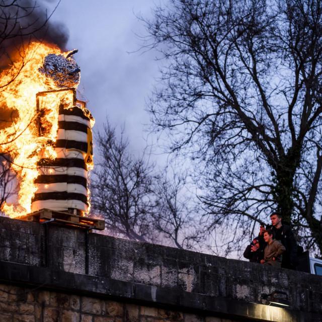 Maškare u Drnišu završile su paljenjem krnje Coronavirusa.<br />