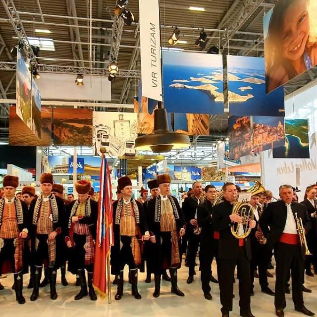 rekordnih 1.300 izlagača iz 60-ak zemalja svijeta pokazalo je svoju raskošnu ponudu iz rastuće turističke industrije, a među njima i destinacijska kompanija Vir turizam na svojemu izlagačkom pultu u okviru štanda Hrvatske turističke zajednice