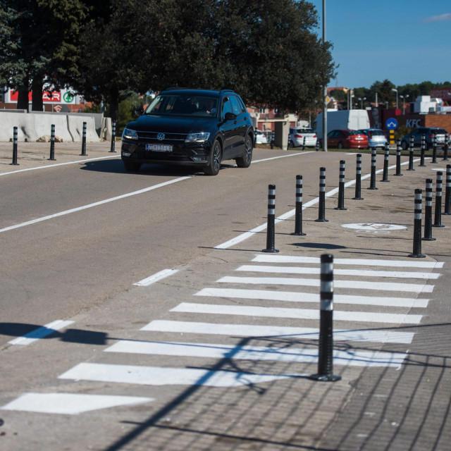 Zadar, 050320<br /> Nakon brojnih prituzbi gradjana, nedavno je uredjeno krizanje Murvicke i Varazdinske ulice gdje su postavljeni zastitni stupici kako bi se sprijecilo parkiranje automobila koji su tamo ostavljani radi prodaje.<br />