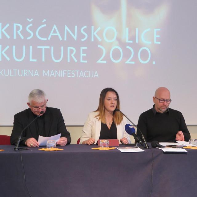 Msgr. Uzinić, Ana Marčinko i Josip Mikuš ispod Pordenoneova Krista Spasitelja
