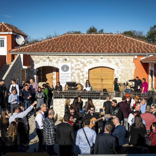 U vinariji Baraka prvi put odrzano Dalmatinovo, druzenje uz domaca vina i hranu.<br />