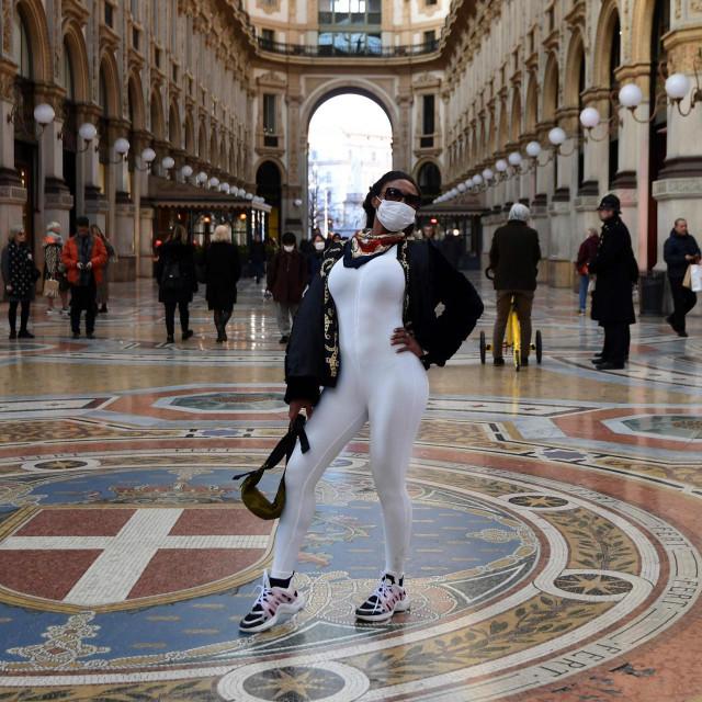 Poziranje s maskom u središtu Milana, u najstarijem tamošnjem shoping centru Galleria Vittorio Emanuele II