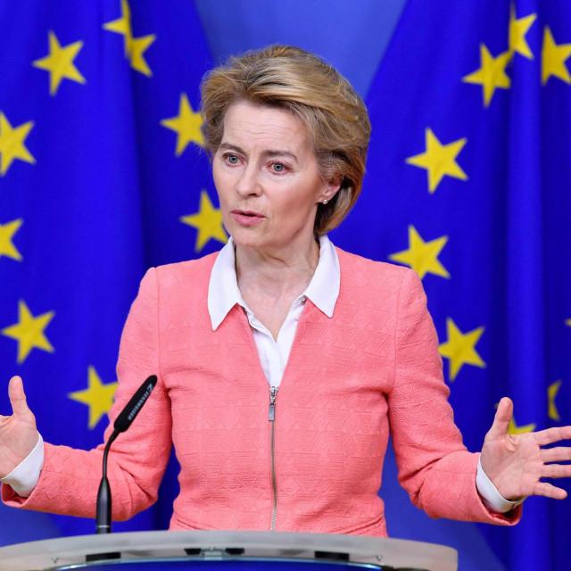 Ursula von der Leyen morala je snažnu poruku građanima i narodima Europe – pročitati s papirića