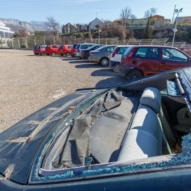 Prostor na Dračevcu na kojem se skupljaju automobilske olupine je prepunjen odbačenim vozilima