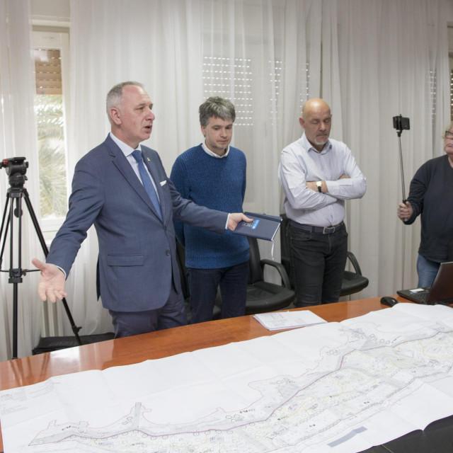 GradonaČelnik Splita Andro KrstuloviĆ Opara sa suradnicima predstavio je idejni projekt uređenja Žnjanskog platoa