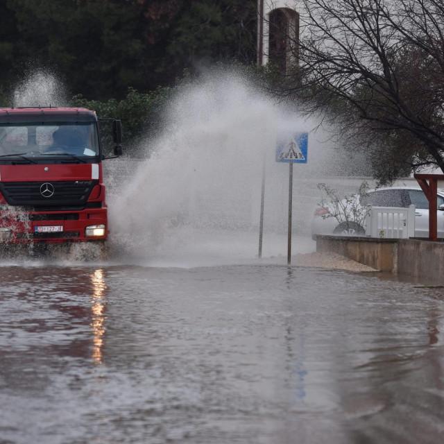 Nakon svake vece kise u potpunosti poplavi kolnik sa nogostupom u Ulici Franje Fanceva na Novom Bokanjcu.<br />