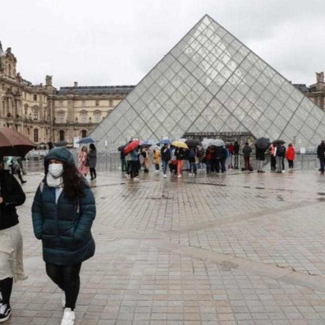 Pariški Louvre zatvorio je vrata u nedjelju nakon pritiska zaposlenika u strahu da im neki od posjetitelja, a dnevno ih ima preko 30 tisuća, ne prenese zlokobni virus
