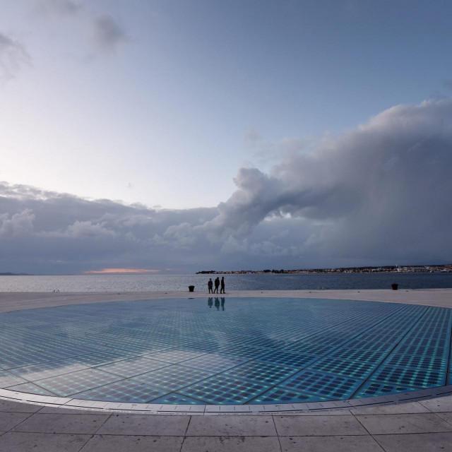 Zadar, 030320.<br /> Sa poznate zadarske instalacije Pozdrav suncu zamijenjene su razbijene ploce te je uklonjena i zastitna ograda pa sada gradjani i turisti ponovno mogu imati potpun dozivljaj atrakcije.<br />