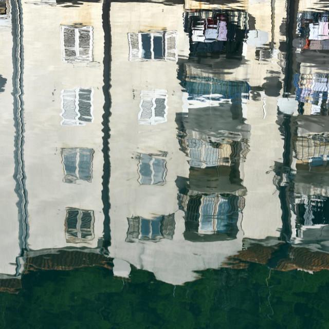 Obrovac, 030120.<br /> Odraz zgrade u rijeci Zrmanji.<br />