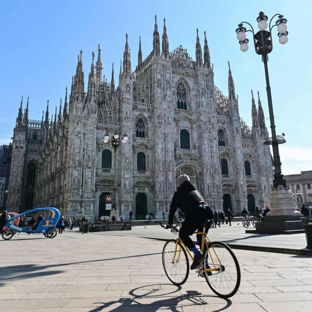 Nestvarno prazan trg pred Milanskom katedralom