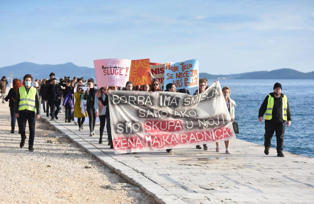Zadar, 080320.<br /> Clanovi kluba studenata sociologije Antifjaka na Sveucilistu u Zadru organizirali su na Trgu pet bunara Mars - Dan zena Zadar.<br />