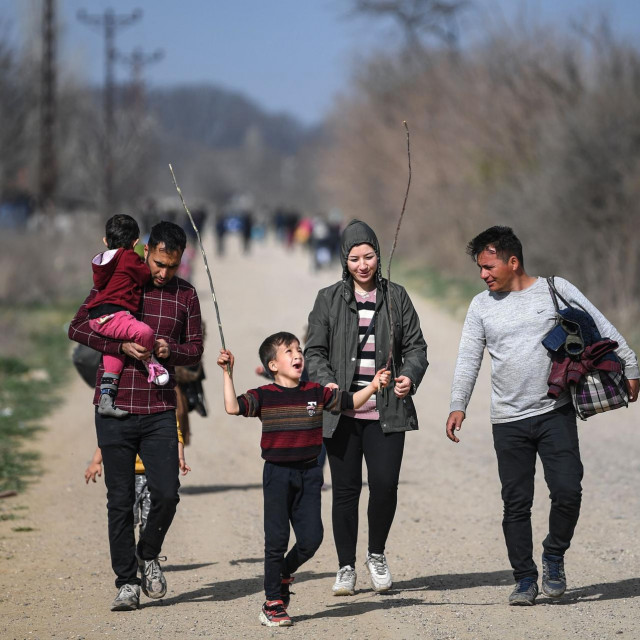 Migranti na putu do kampa na turskoj strani tursko-grčke granice