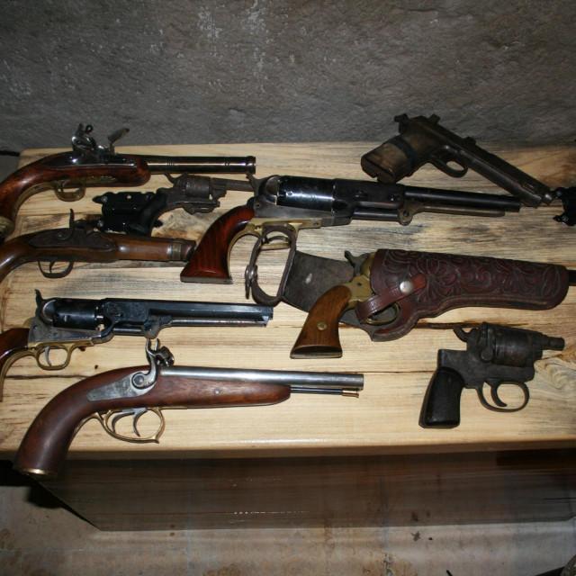 Pretragom obiteljske kuće u Česvinici, u općini Ston, krim- inspektori i službenici PP Ston su pronašli više komada oružja i streljiva te arheoloških nalaza<br />