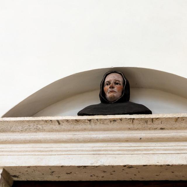 Sveta Korona je rođena oko 106. godine u Egiptu, a preminula u Siriji. Mučeništvo je podnijela u 16. godini života