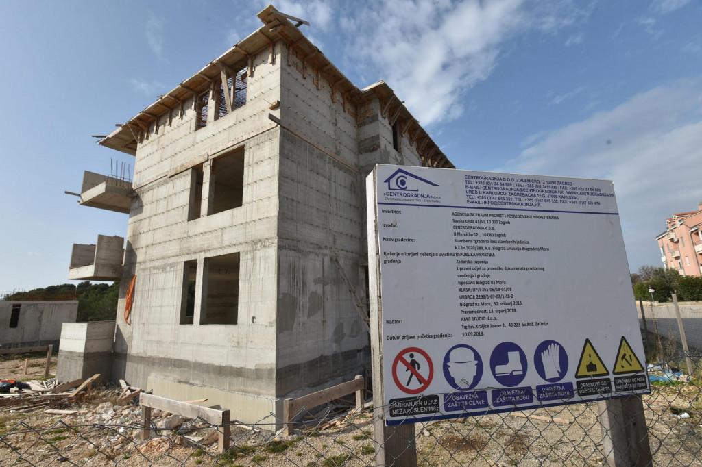 Projekt od šest zgrada APN-a u Biogradu je zaustavljen nakon što je tvrtka izvođača radova završila u stečaju.<br />