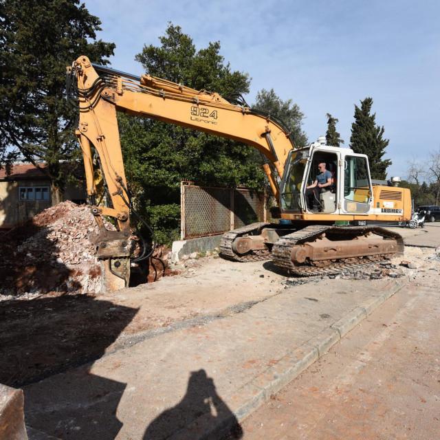 Zatvoren je dio ulice Franje Tuđmana zbog izgradnje priključka zgrade u kojoj će biti Prva policijska postaja na sustav odvodnje.