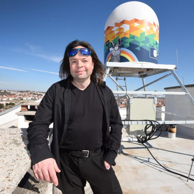 Meteoradar u Zadru, na jednom od poznatih Pet nebodera u samom gradskom središtu, nije postavila državna hidrometeorološka služba već privatna, mađarsko-česka tvrtka MeteoSense.Na fotografiji: Nagy Gergely, direktor tvrtke MeteoSense.