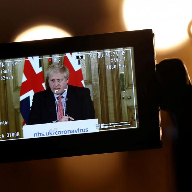Pritisak britanske javnostinatjerat će Borisa Johnsona da zabrani masovna okupljanja, sportske događaje i koncerte