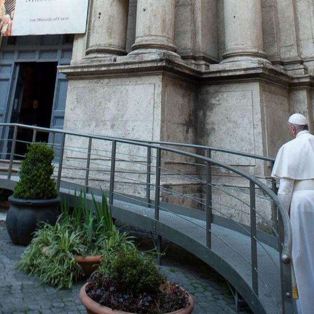 Papa Frane pred crkvomSan Marcello al Corso