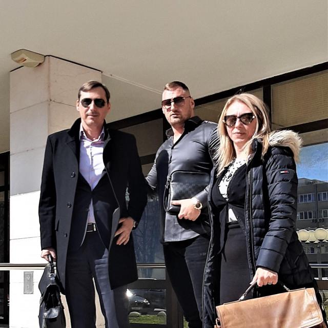 Vedran Vujević (u sredini) s odvjetnikom Jadranom Franceschijem