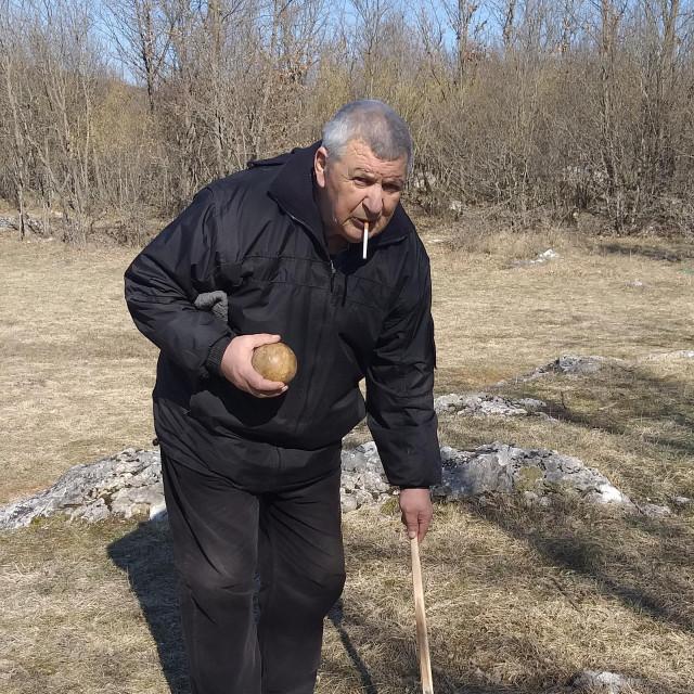Balotar Ivica Križanac sa svojim pomagalom