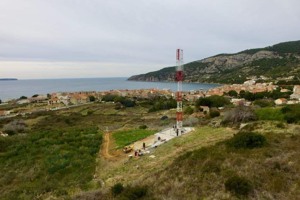 Nepoželjni 'toranj' visok je oko 25 metara i obojen u crveno-bijelu boju pa se vidi izdaleka