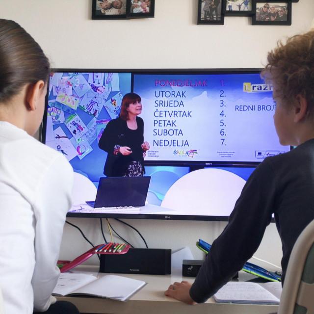 Uz nastavu na televiziji i video materijale, učitelji pripremaju svoje materijale i dijele ih s učenicima