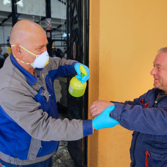 Novi reŽim ulaska na splitsku ribarnicu s obaveznom dezinfekcijom ruku i ograniČenim brojem od 80 ljudi
