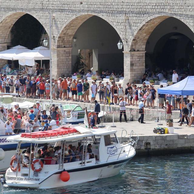 Dubrovnik, 180817. Ukrcaj turista na kruzere usidrene ispred otoka Lokruma stvara velike guzve u staroj gradskoj luci, Portu.