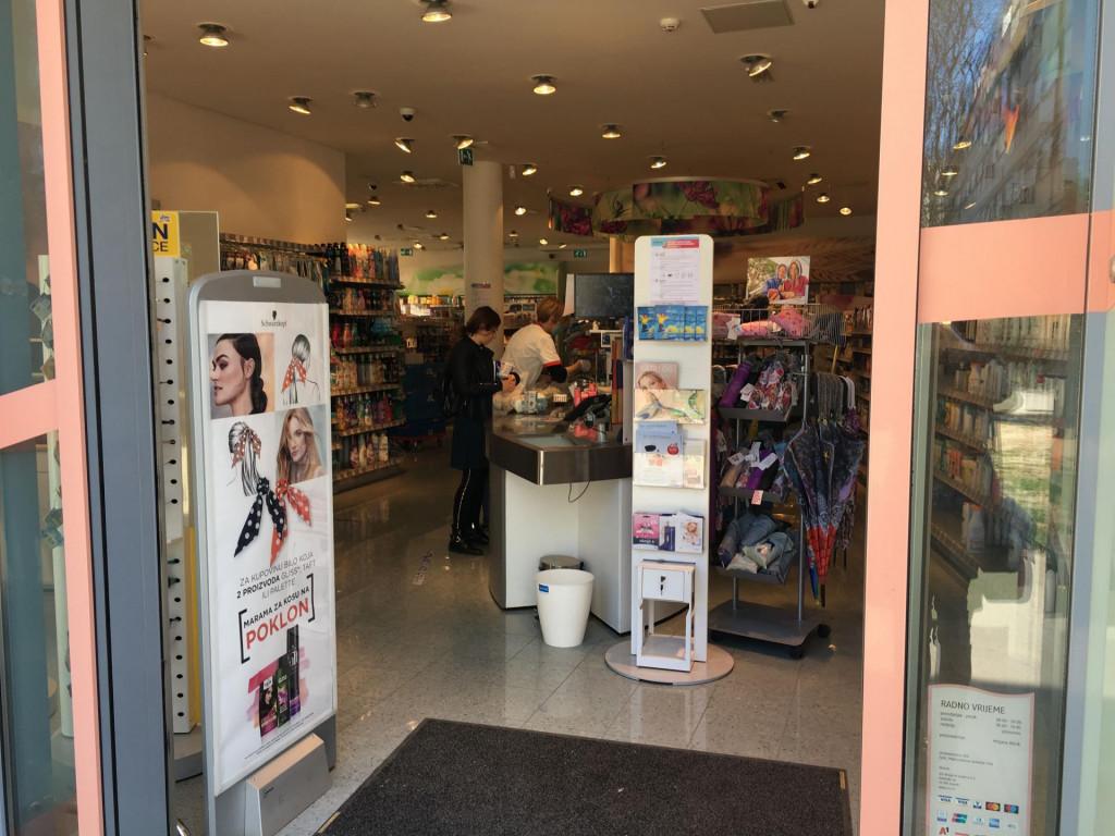 U dm-u prodavačice nose zaštitne maske, ali ne mogu napripraviti WC papira koliko ljudi kupuju
