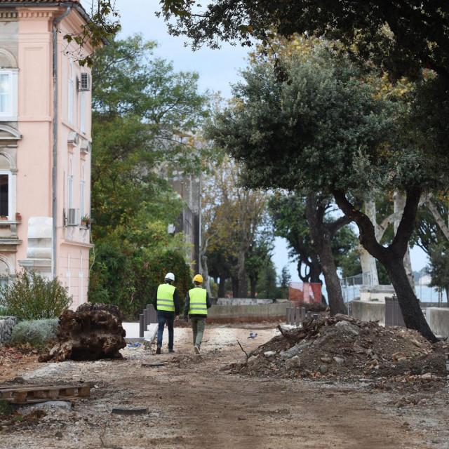Radovi na parternom uredjenju Ulice Bedemi zadarskih pobuna. Radovi se izvode u sklopu projekta Zadar bastini - Integrirani kulturni program Grada Zadra 2020 s ciljem ocuvanja, revitalizacije i integracije kulturne bastine u zasticenom povijesnom dijelu grada Zadra.
