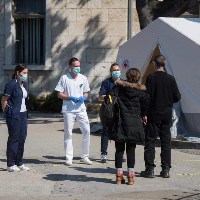 Zadarska OB od jučer funkcionira samo sa jednim glavnim ulazom ispred kojeg dežura medicinsko osoblje i provjerava svaku osobu koja ulazi u prostor bolnice